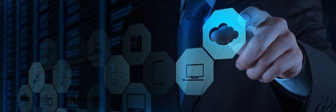 Imagen de una persona seleccionando un icono de servicio en la nube